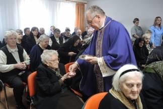 Predbožićni posjet biskupa veličkom domu za starije i nemoćne