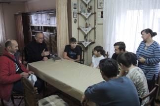 Biskup Škvorčević s korisnicima karitasove kuhinje i siromašnim obiteljima