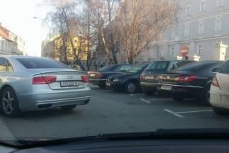 Jeli ovaj vozač zakupio parkiralište na trgu u Požegi ?! Pita se čitateljica.