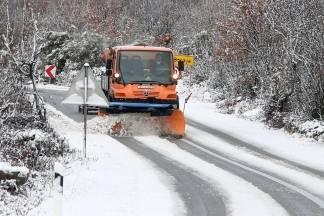 Zatvorena cesta Kutjevo-Petrov vrh-Orahovica, na Krndiji kamioni čekaju sol