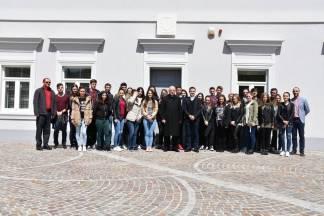Maturanti požeške Katoličke gimnazije s biskupom posjetili Dijecezanski muzej
