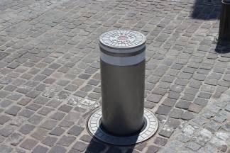 Postavljeni  podizni stupići kao barijera prometovanja u pješaku zonu odnosno na Trg svete Terezije