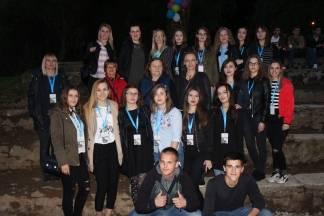 Unatoč kiši gimnazijalci pozdravili svoje maturante na Atletskom stadionu u Požegi uz dva glazbena benda i DJ ¨Pavku¨