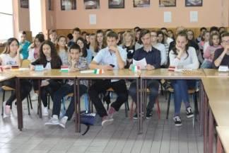 Sedmaši i osmaši Cesarićeve škole na jedinstven način obilježilI dan EU