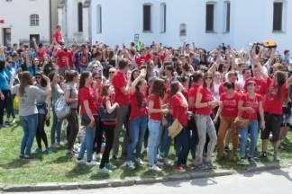 Svi požeški maturanti okupljaju se na travnjaku iza Gimnazije u Požegi