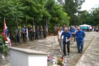 Pripadnici udruge Josip Knežević iz Ljeskovice i udruga Tomo Perić iz Buka na komemoraciji u Erdutu