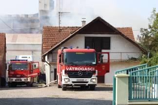 Požar drvene zgrade u Arslanovcima, brzom intervencijom vatrogasaca spriječeno širenje vatre na obližnje kuće