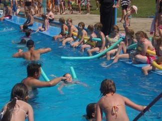 Dvjestotinjak djece uči plivati na požeškim bazenima