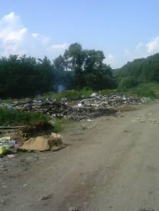 Gorio otpad na divljem odlagalištu