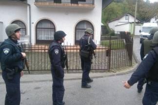 Muškarac bombom prijeti susjedima i policiji