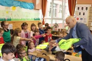 HAK s Gradom Požegom održao je prometno - edukativnu akciju u OŠ ¨Dobriša Cesarić¨ i darivao mališane