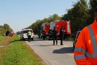 Autobus pun djece prevrnuo se u kanal, smrtno stradala jedna osoba