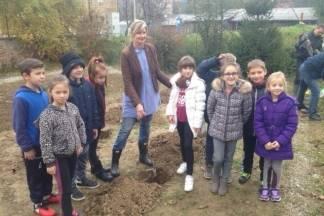 Poznata vrtlarica Kornelija s učenicima zasadila stabla jabuke u dvorištu škole