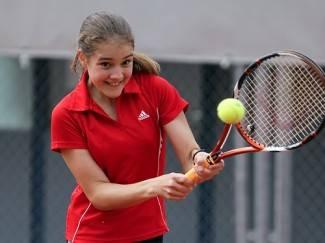 Mlada njemačka tenisačica tijekom ljeta trenira u Požegi