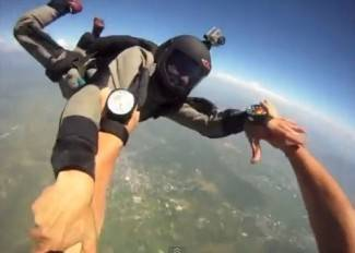 Padobranci se sudarili u letu (video)