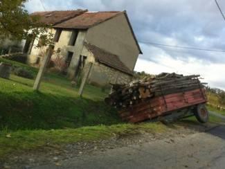 Pokraj ceste u jarku: Prikolica s drvima čeka vlasnika