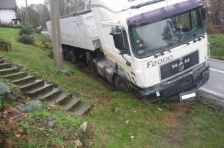 Kamionom sletio s ceste i udario u prometni znak (foto)