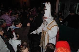 Sveti Nikola dijelio poklone djeci na lipičkom trgu