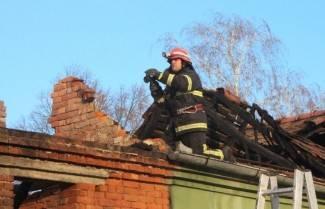 Izbio požar na kući, izgorio dimnjak i lamperija