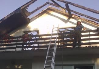 U požaru potpuno izgorjelo krovište kuće (foto)