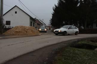 Prikolicu punu pijeska istovarili na cestu i otišli s gradilišta