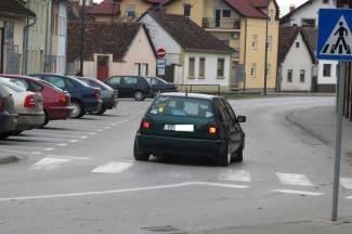 Prometna patrola: Ovako se ne vozi u kružnom toku! (foto)