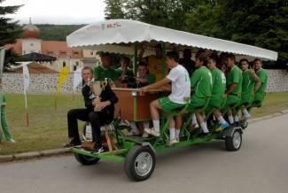 Nogometaši Kutjeva prvi isprobali vinski bicikl