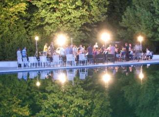 Vojni orkestar nastupio na bazenima pored parka (foto)