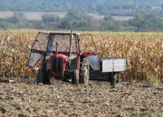 Dok je vozio traktor, zapalilo se sijeno na prikolici