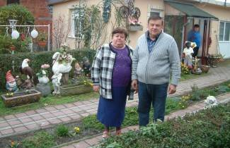 Žive okruženi patuljcima i vrtnim kipićima (foto)