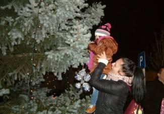 Lipik: U kićenje božićnog drvca uključili se najmlađi