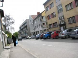 Pijani mladić bez povoda galamio ispred zgrade
