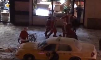 Masovna tučnjava djeda mrazova na newyorškim ulicama (video)