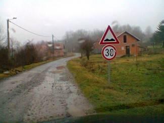 Umjesto asfalta dobili znak ograničenja brzine