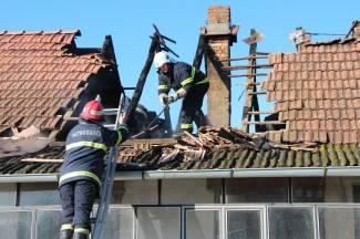 Izbio požar na obiteljskoj kući, izgorjelo krovište (foto)