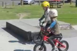 Imaju samo 4 godine, ali znaju što je ekstremni biciklizam (video)