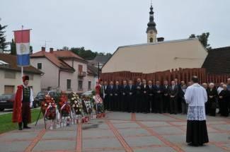 Položili vijence na spomeniku palim braniteljima (foto)