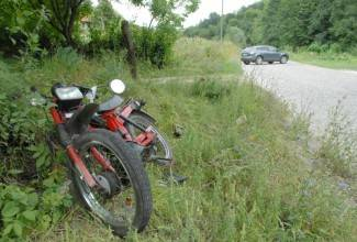 Mopedom sletjela u putni kanal i ozlijedila se
