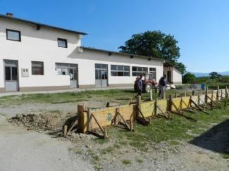 Gradi se ograda uz društveni dom, uskoro i parkiralište
