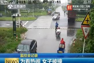 Pokušala prići unesrećenima pa ju pregazio kamion (video)