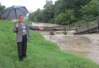 Uništeni most odolijeva Pakri: Uklonit će ga narednih dana (foto)