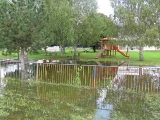 Poplavljeno dvorište vrtića, veći dio sprava uništen