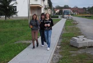 Učenicima i mještanima 250 metara nove pješačke staze