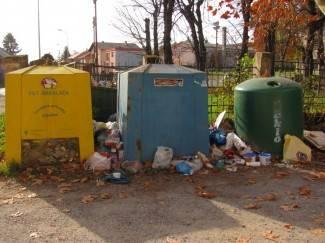 Selektivno prikupljanje otpada: Kontejneri puni do vrha, smeće se baca sa strane