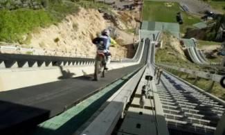 Motorom se sjurio niz ski skakaonicu i poletio 100 m u zrak (video)