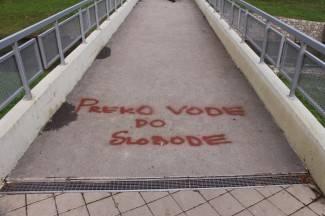 Nije trebalo dugo: Osvanuli prvi grafiti na pješačkom mostu u parku