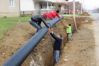 Postavljaju se cijevi; priključci tek nakon izgradnje kolektora