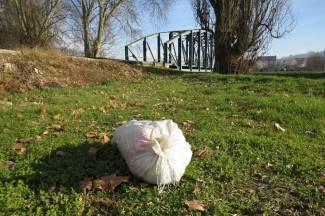 Djed Božićnjak malo popio pa ostavio vreću u parku?