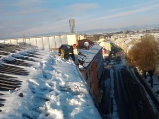 Fotografije vatrogasaca: Čišćenje snijega s krova zgrade u Babukićevoj