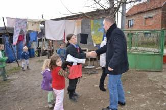 Neferović posjetio Prispiloviće, donio im pakete s potrepštinama